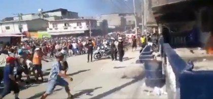 Una multitud prende fuego a tres personas en Ecuador