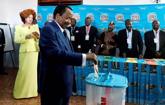 Paul Biya vota en las elecciones