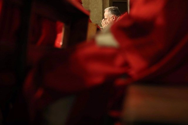 Una persona reza en la iglesia donde estaba uno de los abispos acusado de abusos
