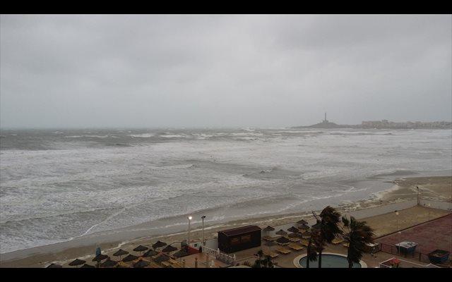 Meteorología mantiene el aviso por lluvias este sábado y lo amplía por fenómenos costeros