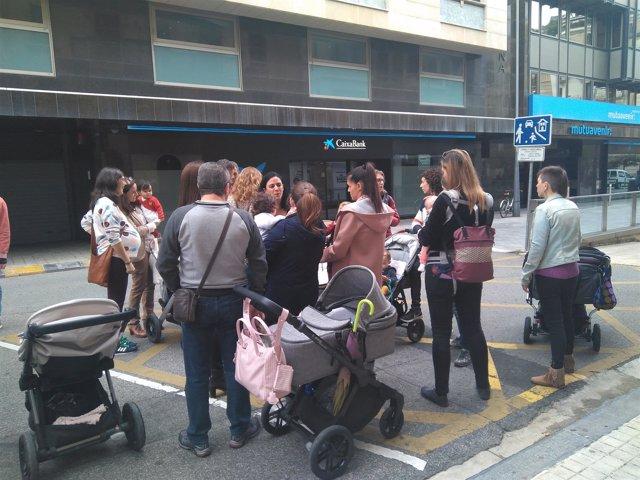 Grupo de madres navarras antes de reunirse con el Defensor del Pueblo