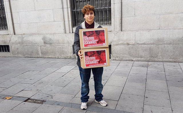 Gabriel, menor trans, entrega firmas para cambiar su DNI