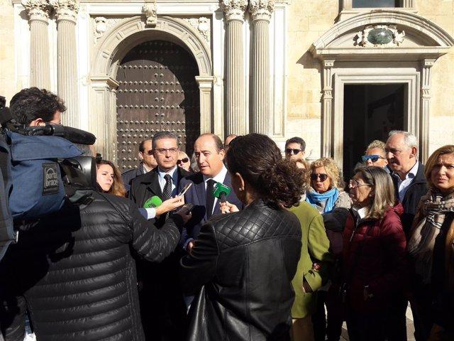 Juan García Montero atiende a los medios