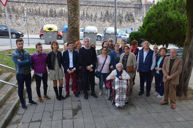 Concejales de PSOE y PRC presentan la moción junto con vecinos
