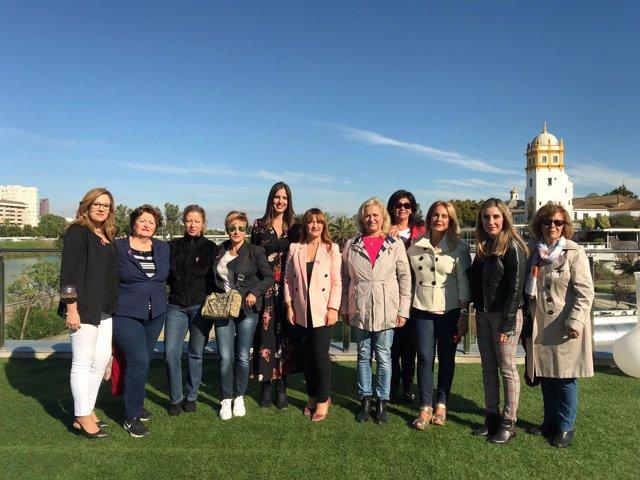 Verónica Pérez se reúne con la asociación Lazos Rosas en Sevilla
