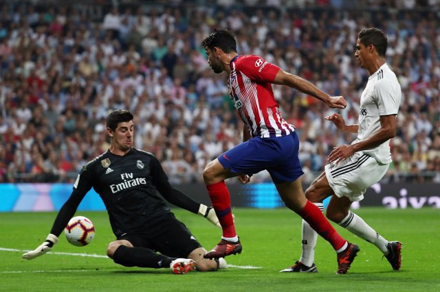 Diego Costa ante Courtois en el derbi Real Madrid - Atlético de Madrid