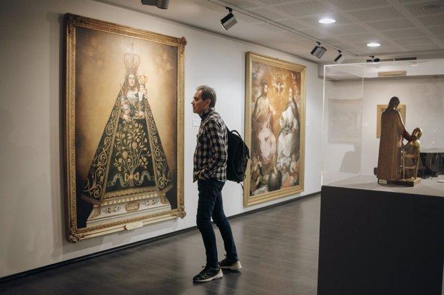 Un visitante contempla una de las obras de la colección
