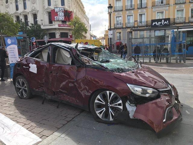 Coche de un accidente de tráfico en la plaza de Jacinto Benavente