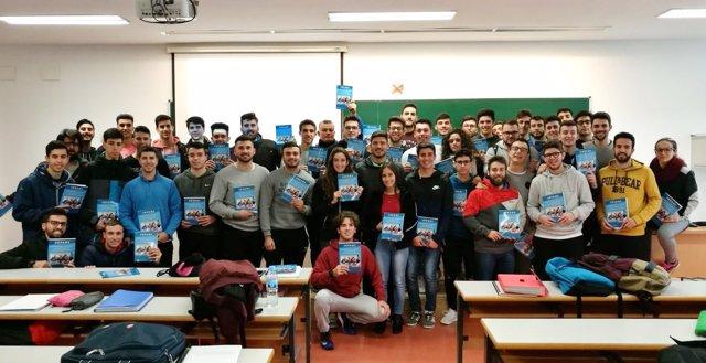 Estudiantes de la UPO junto al ejemplar publicado