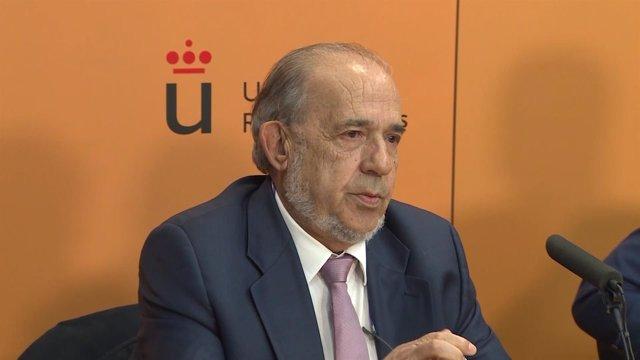 El catedrático Enrique Álvarez Conde durante una rueda de prensa