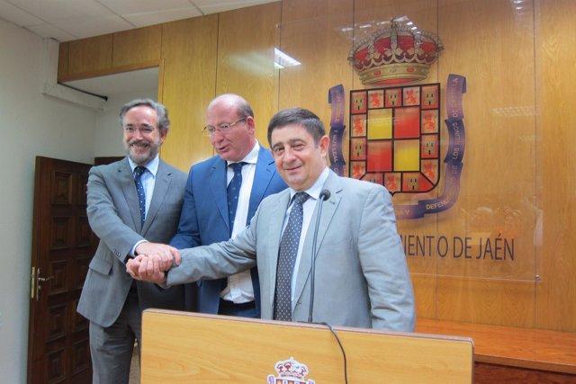 López y Márquez, junto a Reyes, en mayo tras firmar el acuerdo sobre el tranvía.