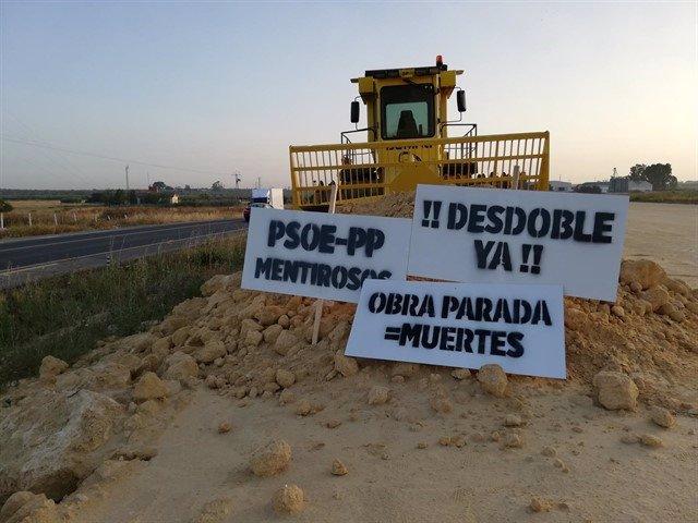 Protesta en demanda de la reactivación de las obras de la N-IV