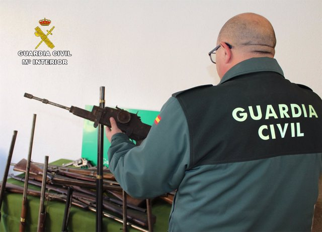 Agente con una de las armas