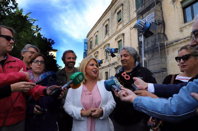 La alcaldesa de Jerez, Mamen Sánchez, en el set de rodaje de The Crown