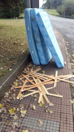 Colchones tirados en la calle