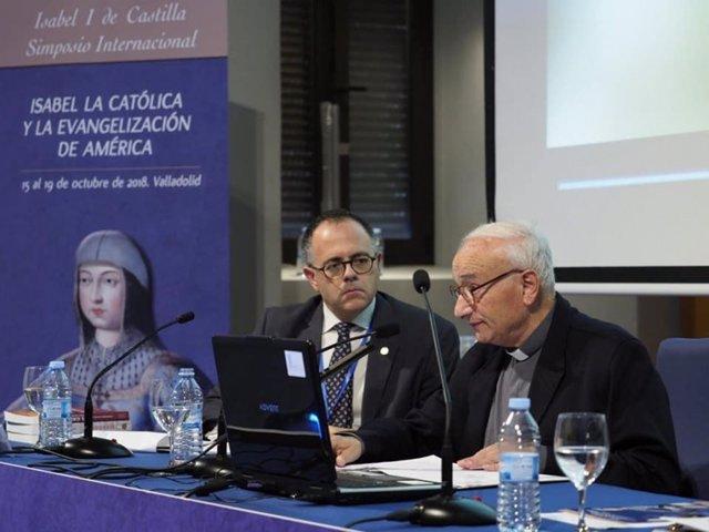 El capellán mayor de la Capilla Real de Granada, Manuel Reyes, a la derecha