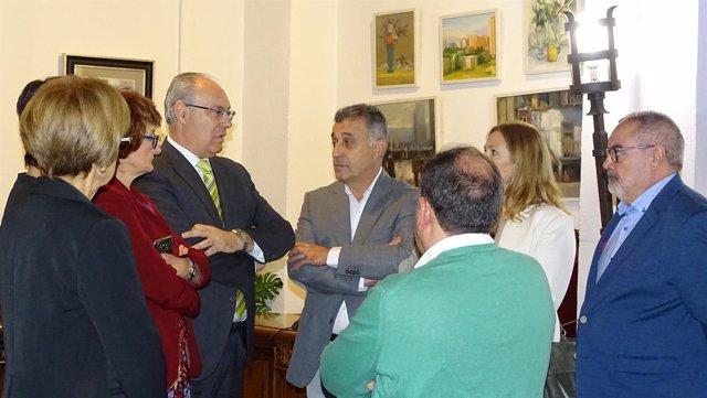 Durán (3º izda.) en el Ayuntamiento de Villa del Río