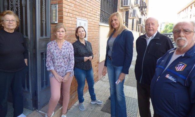 Alarcón (centro) visita una comunidad de vecinos