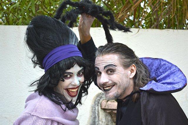 Dos actores preparados para Halloween