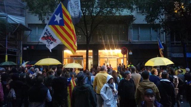 Miembros de los CDR protestan ante la sede de ERC