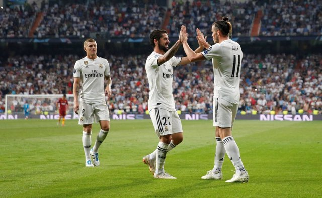 Isco y Bale se abrazan tras un gol