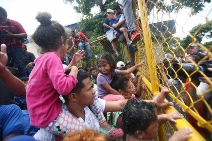 Los migrantes de la caravana se lanzan al río para superar el cordón policial en la frontera con México