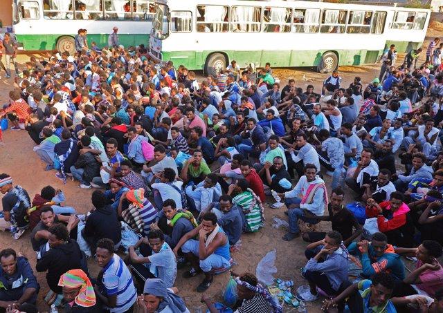 Migrantes trasladados de centros de detención en Trípoli