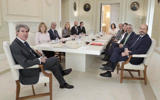 El Gobierno de Sánchez evita sentarse con Madrid desde junio 'dando largas' a Garrido y a tres de sus consejeras