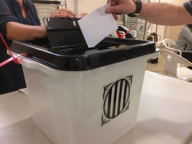 Foto de archivo de una urna para el referéndum del 1O