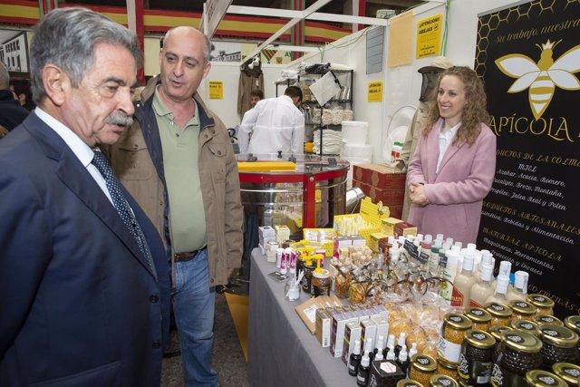 El presidente de Cantabria, Miguel Ángel Revilla, en la Feria de la Miel