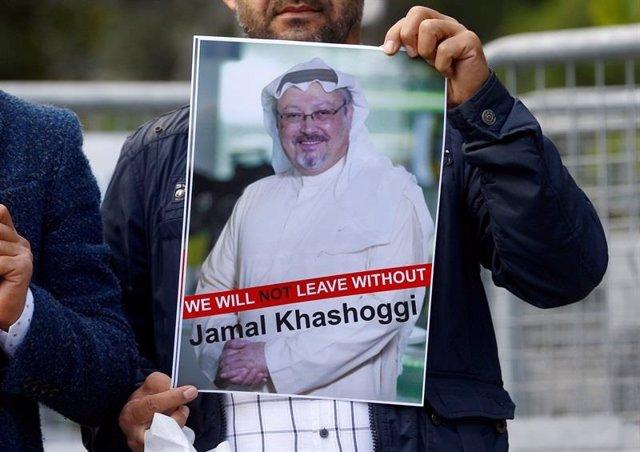Manifestante con un cartel de Yamal Jashogi