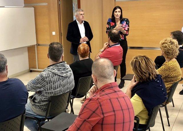La alcaldesa de Santander, Gema Igual, con comerciantes de mercado Puertochico