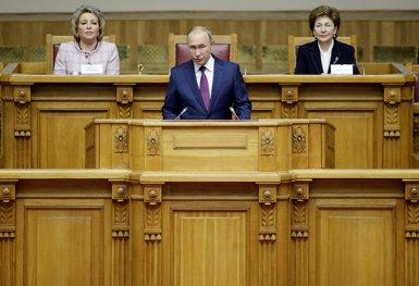 """Rússia expressa la seva """"preocupació"""" pel desig de Trump de retirar a EUA d'un acord sobre armes nuclears (AP / POOL NEW)"""