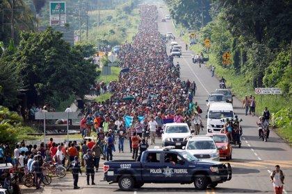 La caravana de migrantes avanza hacia el norte por territorio mexicano bajo la vigilancia de la Policía