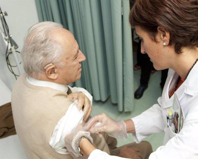 Sanidad recomienda vacunarse contra la gripe a los mayores de 65 años, bebés de más de 6 meses, embarazadas y sanitarios