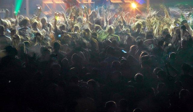 Gente bailando en una discoteca, en Polonia