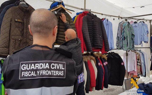 Intervenidas unas 150 cazadoras falsificadas en el mercadillo de Santoña