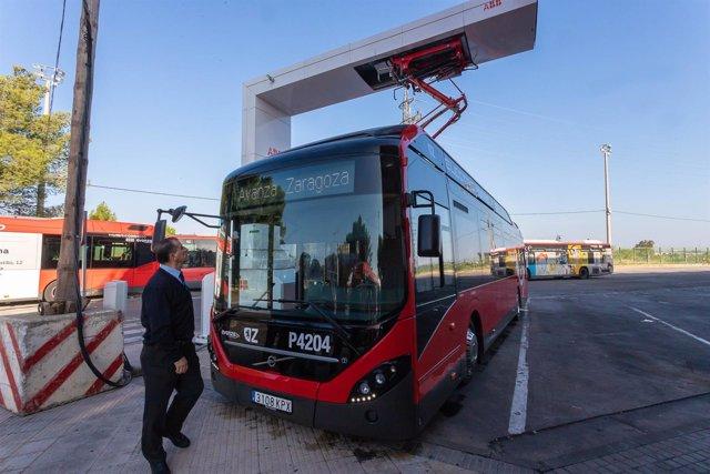 Un nuevo autobús híbrido-eléctrico con carga superior mediante pantógrafo