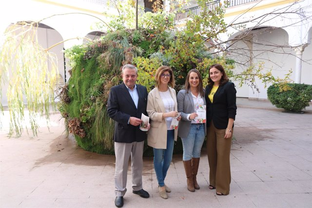 Ruiz (centro) y Alcalde visitan la instalación 'Capricho'