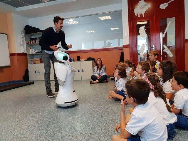 El robot Sanbot en un aula del Colegio Europeo de Madrid