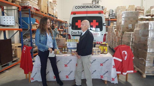 La subdelegada visita el centro de almacenamiento de Cruz Roja Huesca
