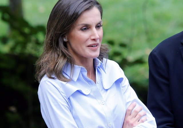 La Reina Letizia con camisa azul de Imiloa