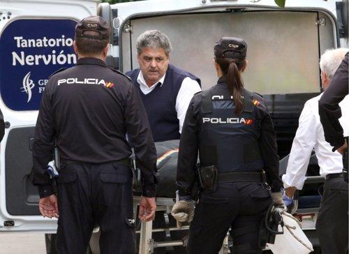 Trasladan el cadáver de la mujer asesinada con arma blanca en Sevilla