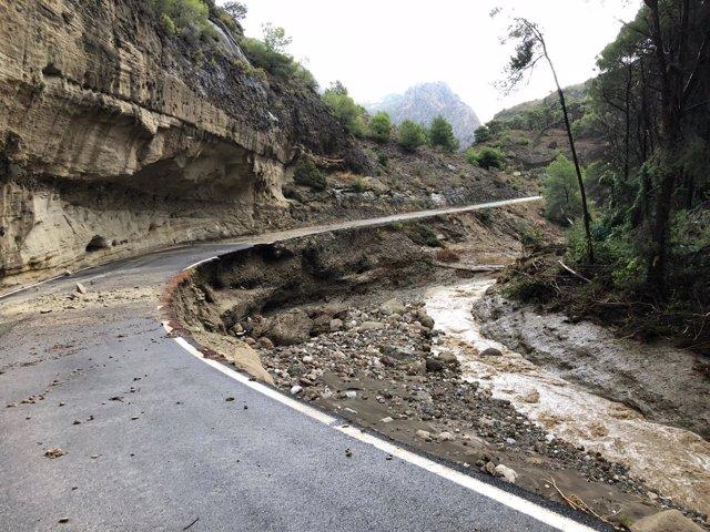 Carretera acceso caminito del rey afectada por las lluvias fuertes de octubre 18