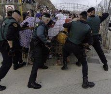 Els antiavalots de la Guàrdia Civil eviten una allau de centenars de persones que sortien per la frontera de Ceuta (Europa Press)