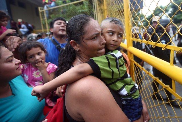 Una migrante hondureña junto a su hijo en la frontera entre Guatemala y México