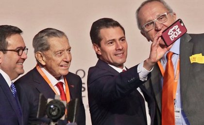 Peña Nieto, nuevamente troleado en la Cumbre de Negocios por hacerse un selfie con un móvil en el que se leía 'AMLOVE'