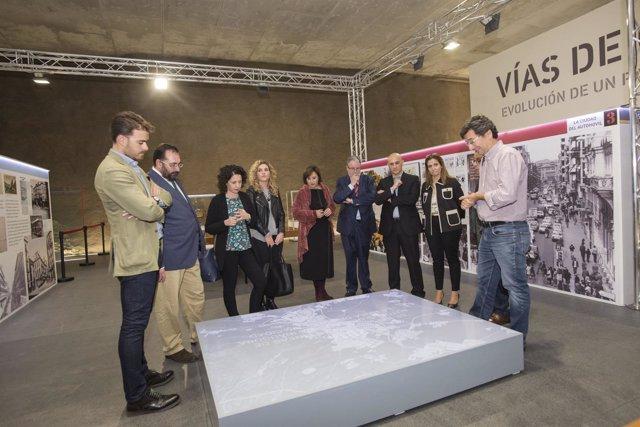 Los delegados de la Junta visitan una exposición en Alcázar Genil