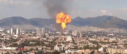 Evacúan a 2.000 personas debido a un gran incendio en una fábrica de alcohol en México