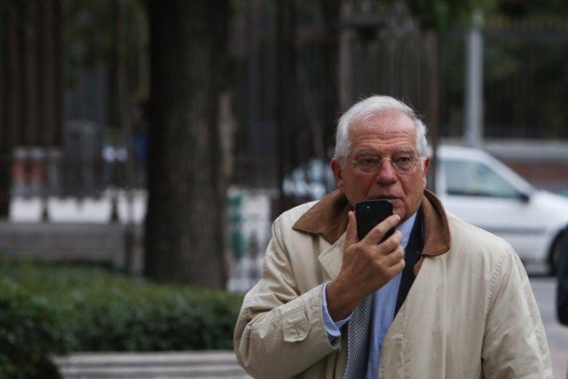 El ministro Josep Borrell participa junto al expresidente Felipe González en un